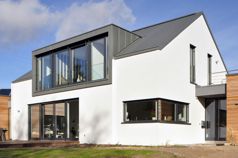 Modernes weisses Haus mit Metalldach